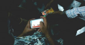 People Playing Games On Mobile Phone For Time Pass In Mumbai Local Train India 2014 [HD VIDEO]